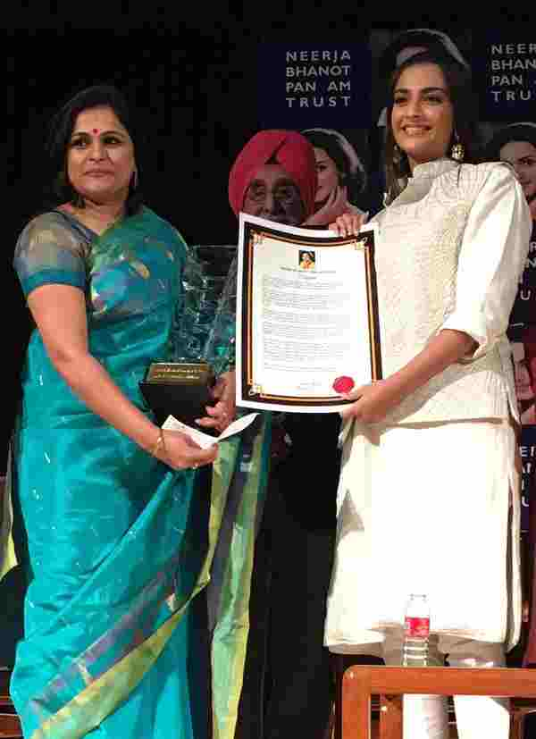 Subhashini receiving the Neerja Bhanot Award - 2016